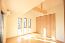 窓がたくさん日当たりのよい洋室