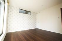 エレガントなデザインの主寝室