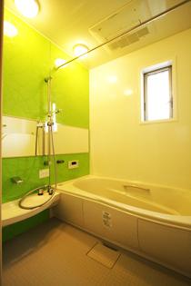 自然をイメージさせる浴室